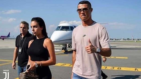 Cristiano Ronaldo accolto dagli juventini con cori anti Napoli