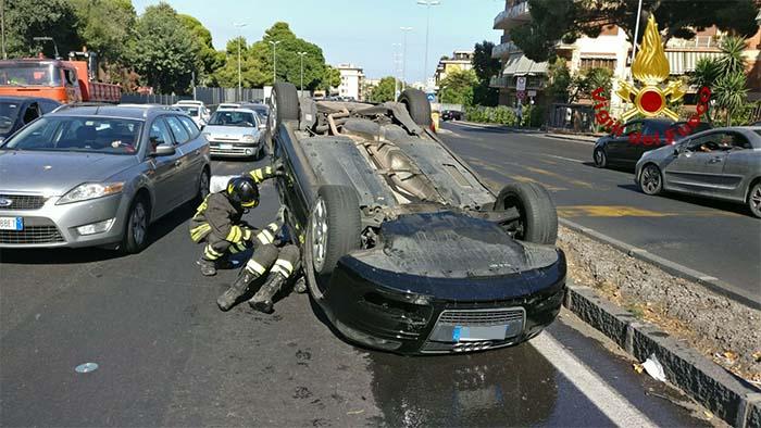 Incidente a Torre Annunziata: scontro violento, si ribalta auto