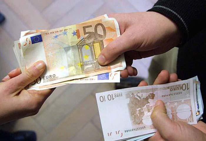 Addio stipendio in contanti: multe per i datori di lavoro