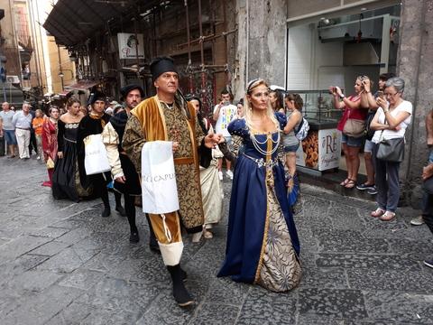 Napoli, rievocazione del patto di San Gennaro: celebrazione in costume