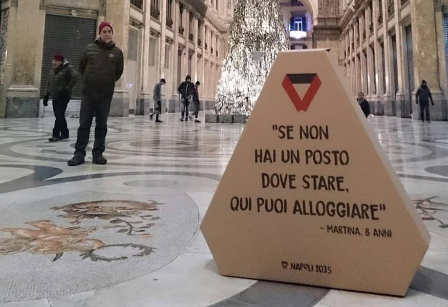 """Napoli: """"Scorz"""", la prima casa di cartone per i senzatetto"""