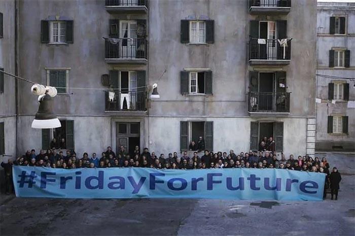 """L'Amica Geniale 2, sul set: gli attori si mobilitano per il """"Friday for future"""""""