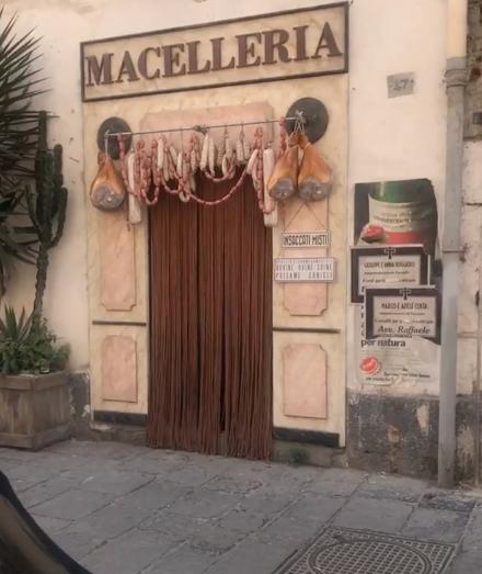 L'Amica Geniale, set allestito in piazza Carlo III