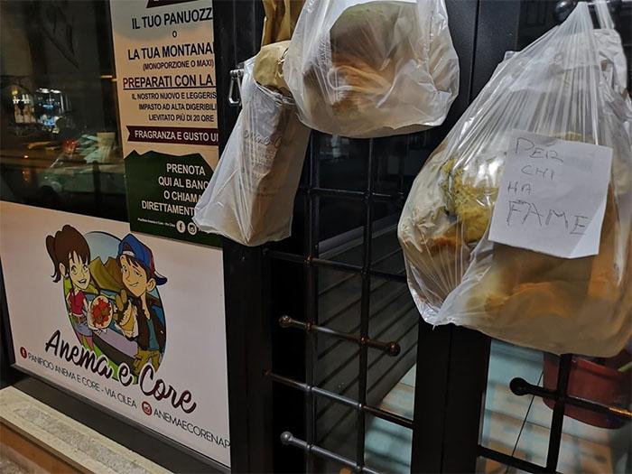 La solidarietà dei napoletani: regalano il pane a chi ha fame