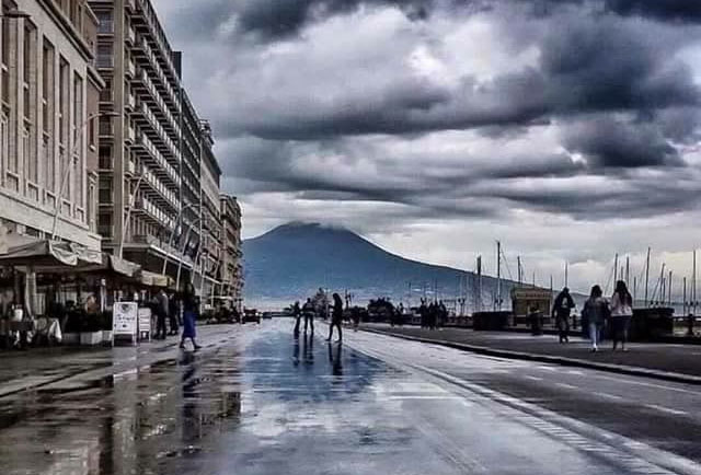 Meteo Napoli, pioggia e caldo a oltranza