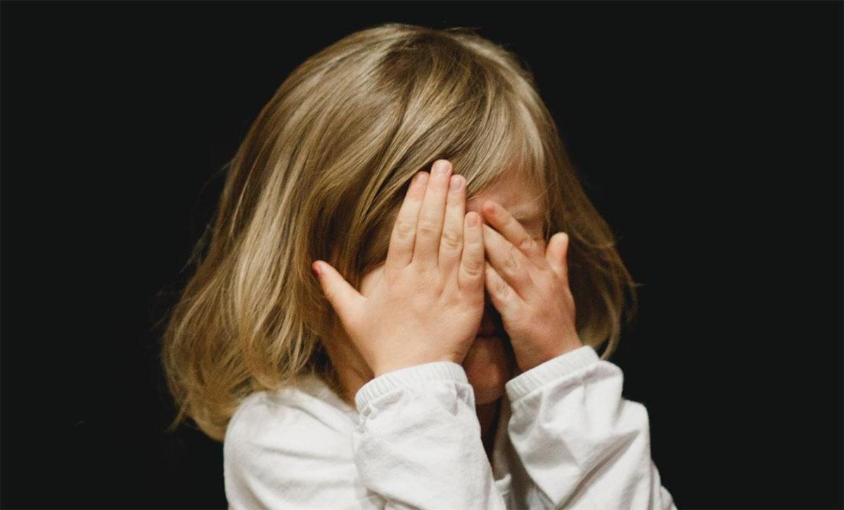 Atrocità nel napoletano: baby gang violenta una bambina