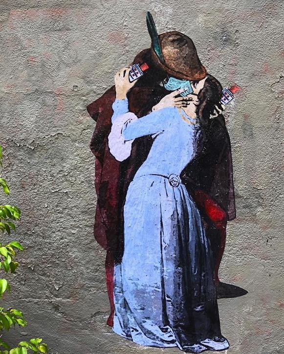"""""""Il bacio ai tempi del Coronavirus"""": l'opera di streetart di TvBoy"""