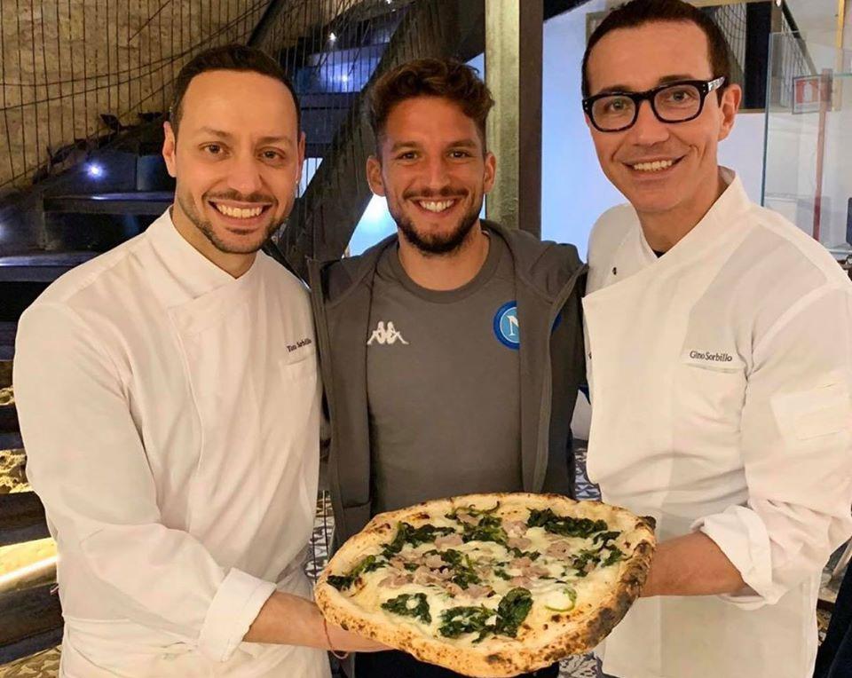 Dries Mertens feseteggia il golo 121 con una pizza da Sorbillo