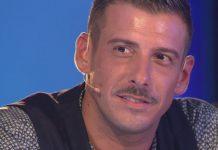 Francesco Gabbani a Napoli: un fan gli dona la mozzarella