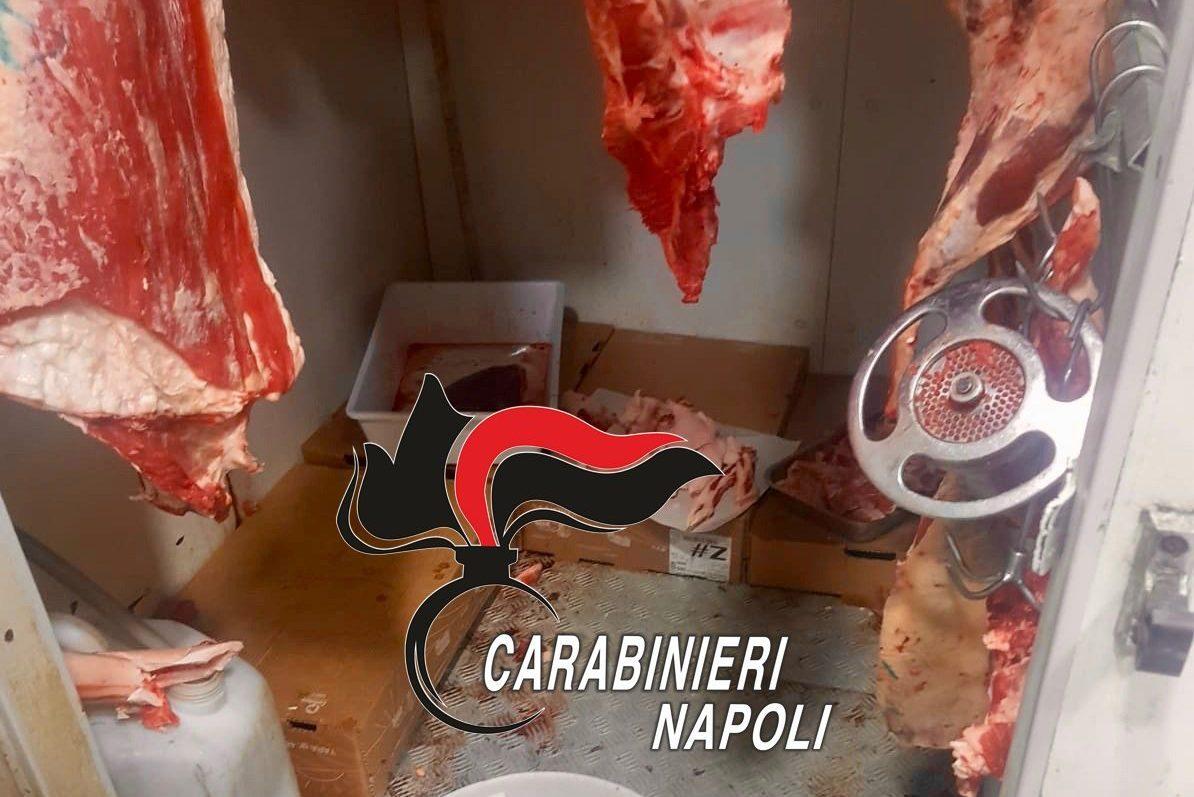 Sequestro di alimenti a rischio: carni lavorate in uno scantinato