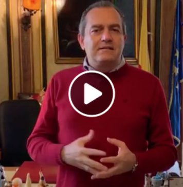 Luigi De Magistris risponde agli insulti al Sud con Pino Daniele