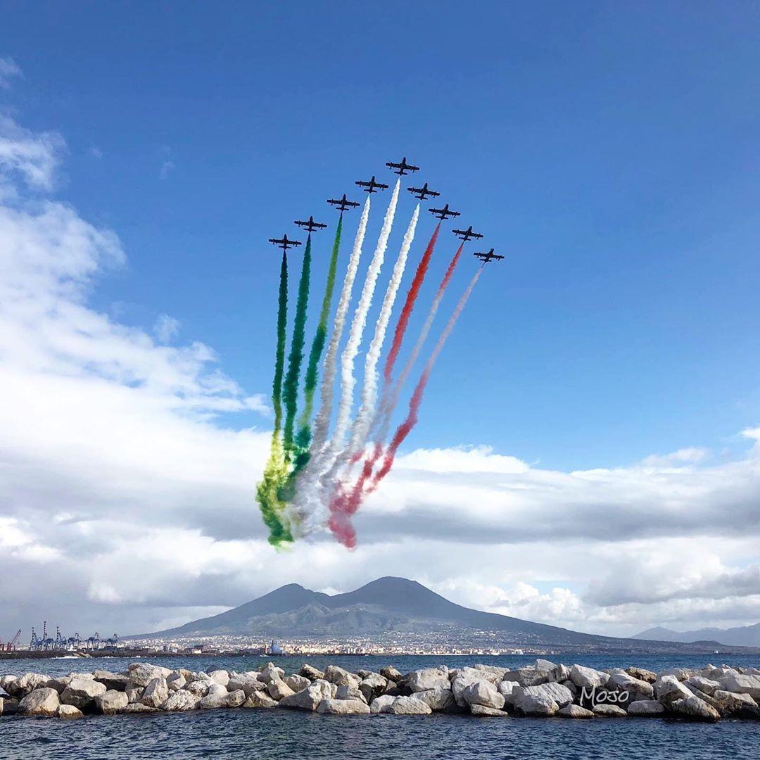 L'abbraccio con le Freccie Tricolori che sorvolano il Vesuvio