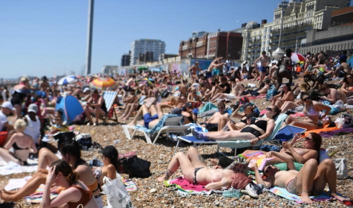 Coronavirus, spiagge affollate in Inghilterra: rischio seconda ondata