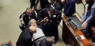 Vittorio Sgarbi, espulso di peso dall'aula parlamentare