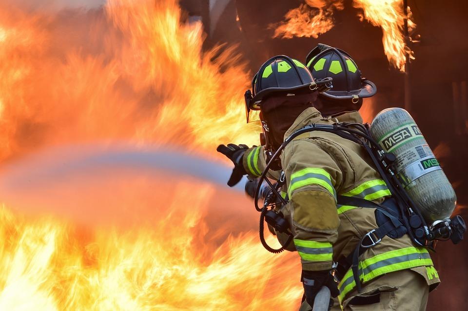 Incendio a Napoli: salvati quattro anziani