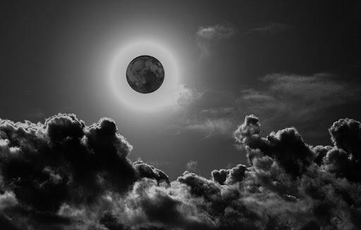 Luna nera in cielo: stasera tutti con il naso all'insù