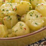 Insalata di pollo, patate e zucchine: ricetta estiva e completa