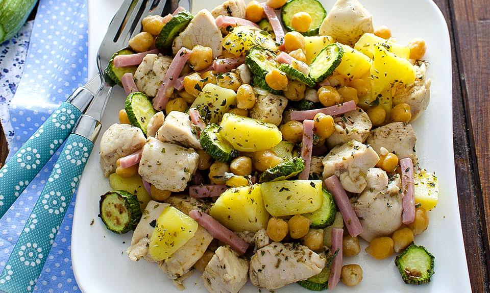 Insalata di pollo patate e zucchine: ricetta estiva e completa