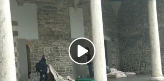 Como, video choc: assessora strappa coperta a senzatetto