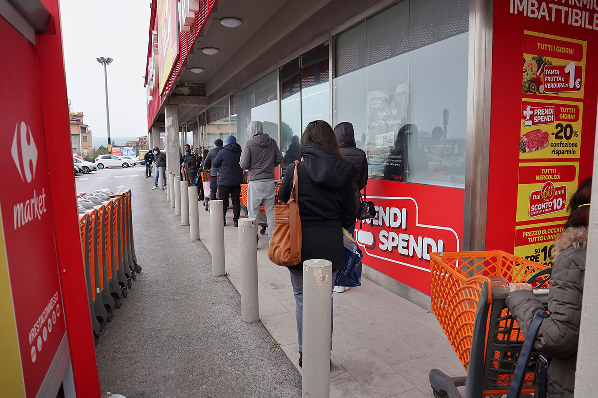 Coronavirus Campania, paura 2° lockdown: code ai supermercati