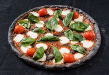 Pizza al carbone vegetale: genuina e buona come l'originale