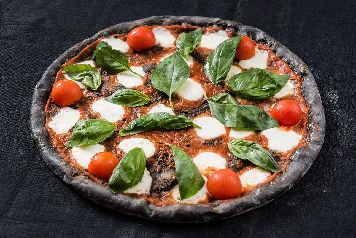 Pizza al carbone vegetale: genuina e buona come l'originale