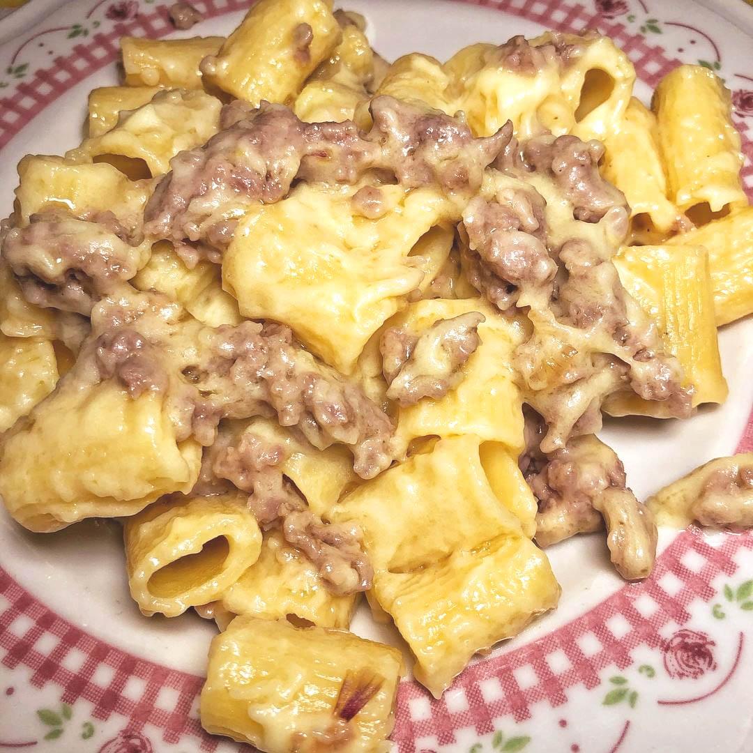 Mezze maniche con crema di patate e salsiccia: ricetta sublime