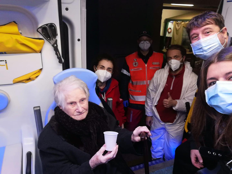 Covid, Nonna Anna sconfigge il virus e festeggia 100 anni