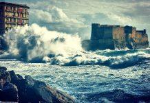 Napoli: mareggiata devasta il lungomare e i ristoratori