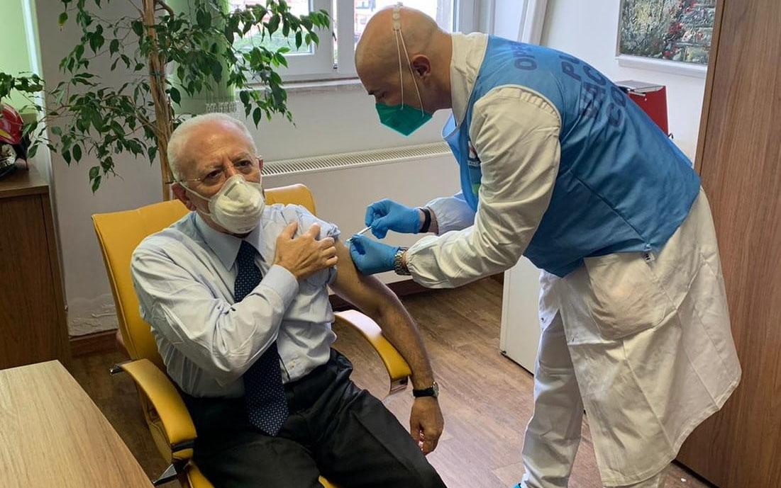 Vax-Day, anche Vincenzo De Luca si sottopone al vaccino