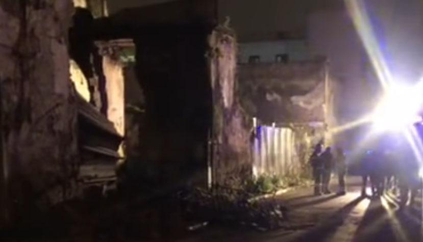 Afragola, crolla un edificio: i detriti feriscono una persona