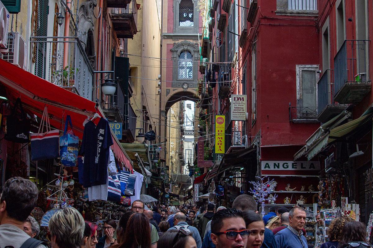 Napoli, preoccupa la movida incontrollata di ieri. Di giorno e di sera i cittadini hanno affollato le strade, complice il bel tempo.