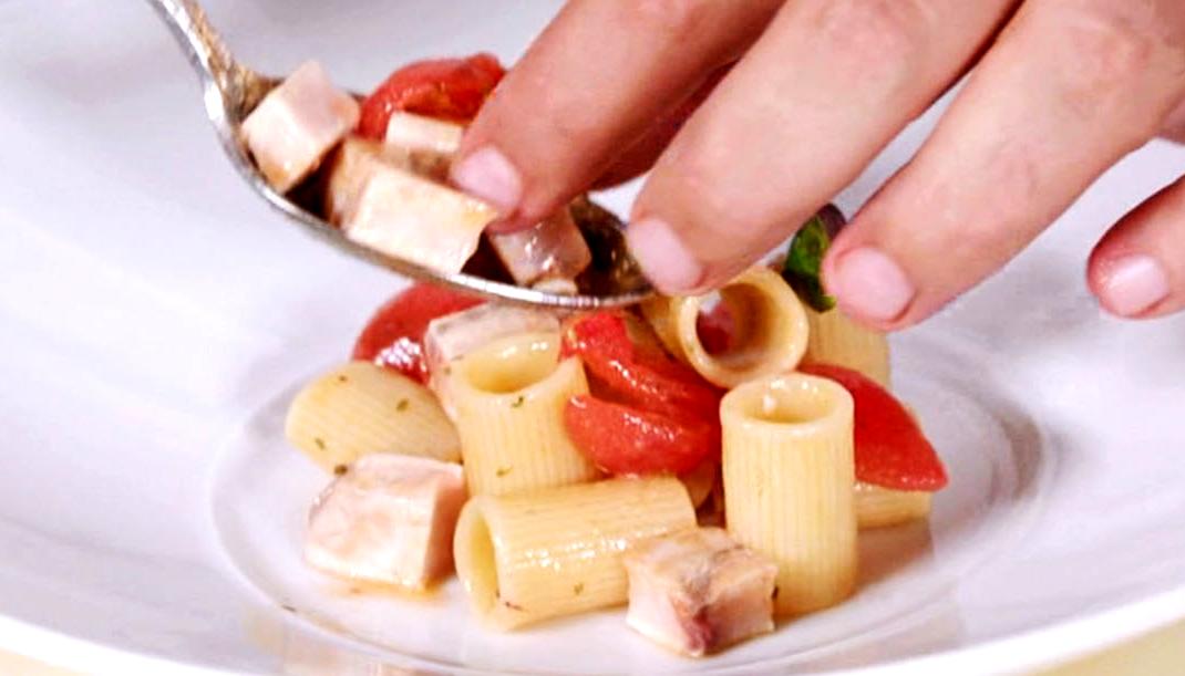 Pasta con pesce spada alla ghiotta, ricetta di Cannavacciuolo