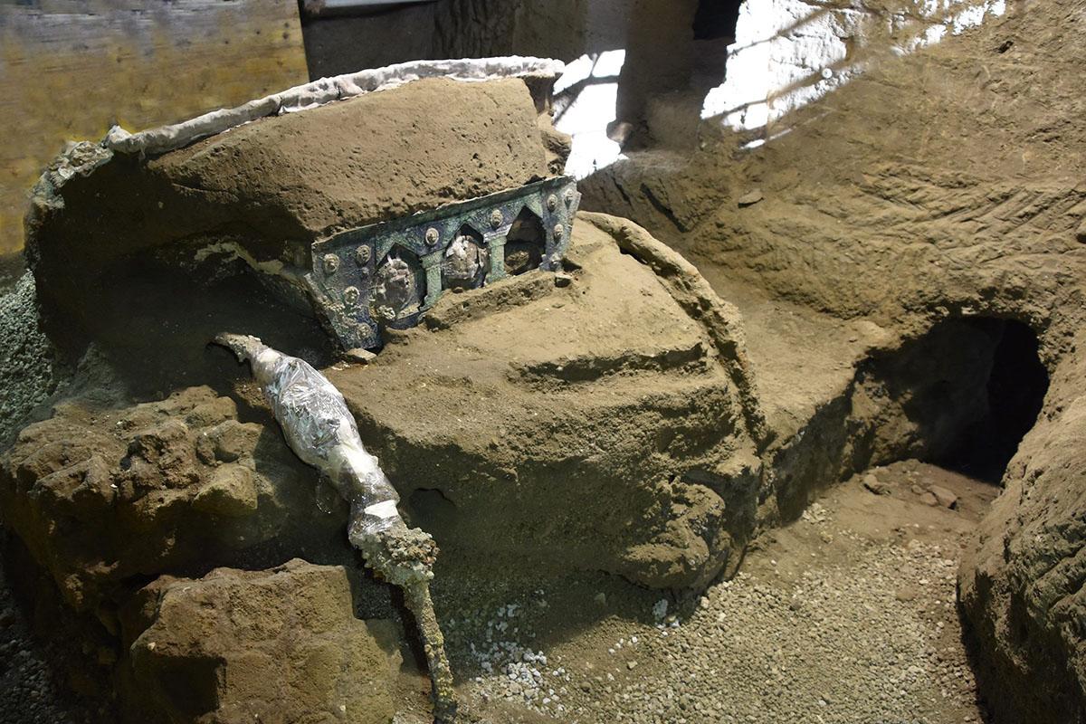 Pompei, ritrovamento unico: pregiato carro da parata