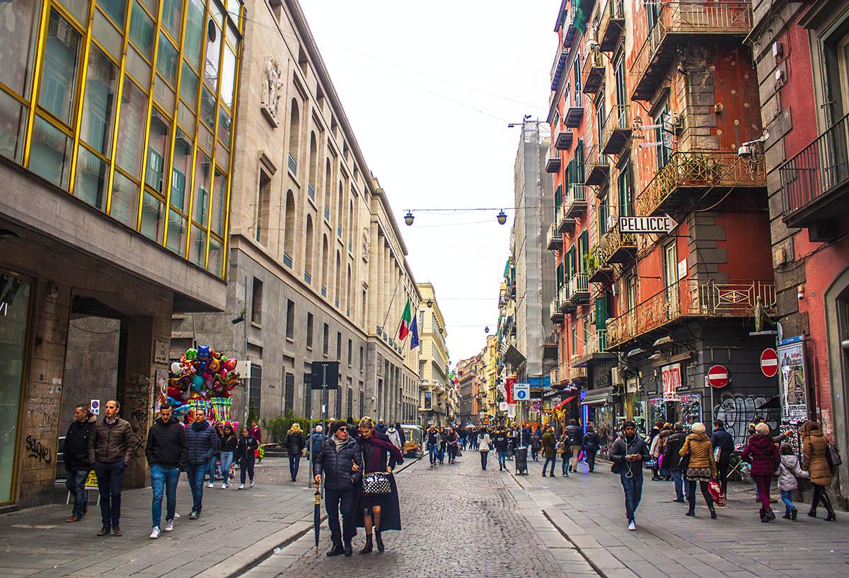 Nonostante il passaggio dalla zona gialla alla zona arancione, le strade di Napoli si sono popolate fin troppo tra aperitivi e assembramenti