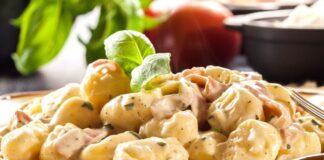 Gnocchi con stracchino funghi e speck: la ricetta cremosa