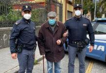 Napoli, poliziotti accompagnano 89enne a vaccinarsi