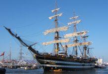 L'Amerigo Vespucci torna a Napoli illuminando il golfo