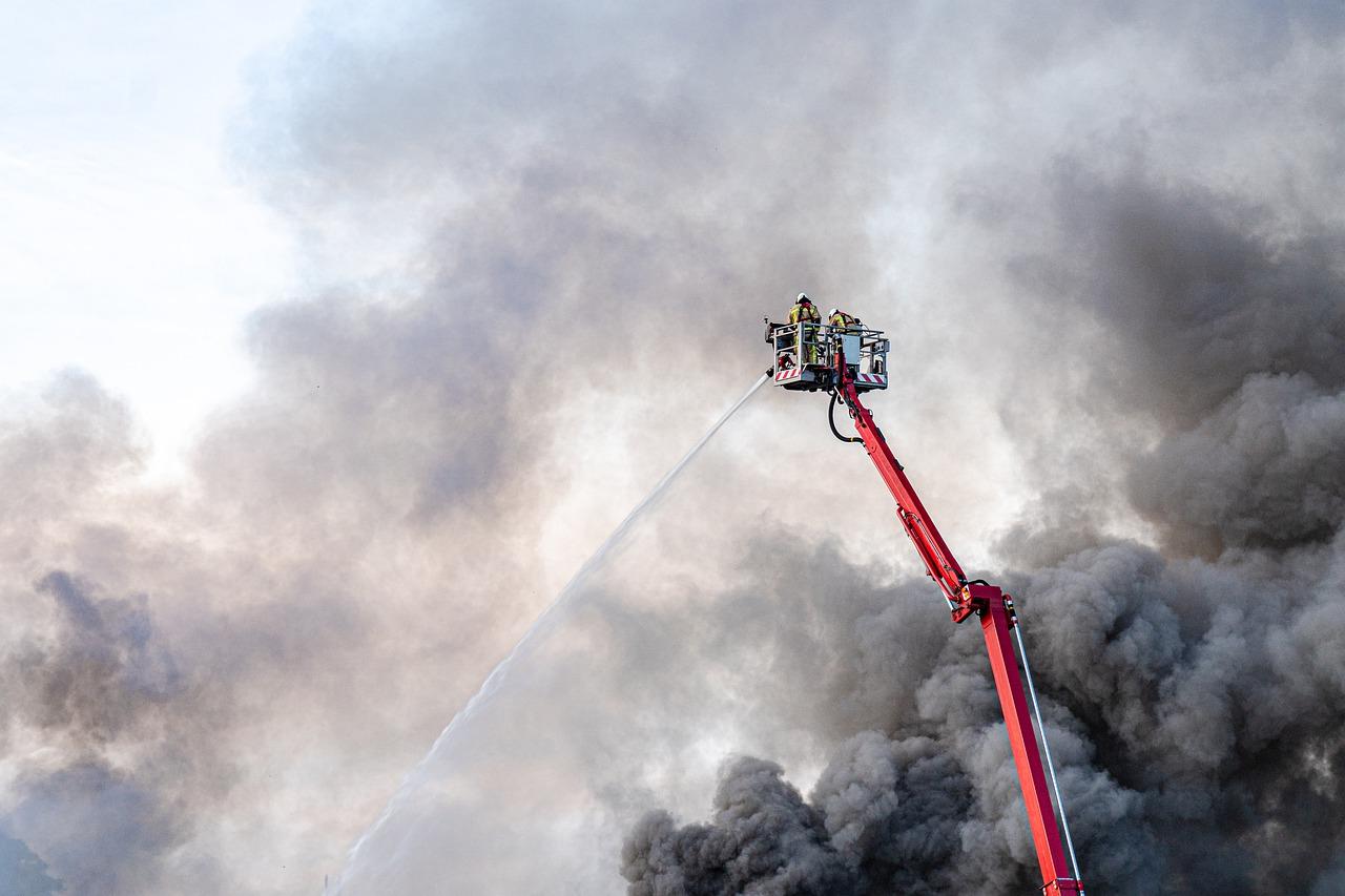 Incendio Sarno: fiamme in fabbrica, incubo diossina