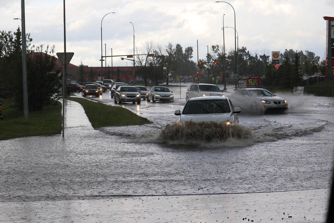Maltempo a Napoli: temporale trasforma strade in fiumi