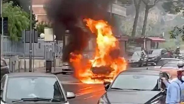 Vomero, una vettura in fiamme in pieno centro